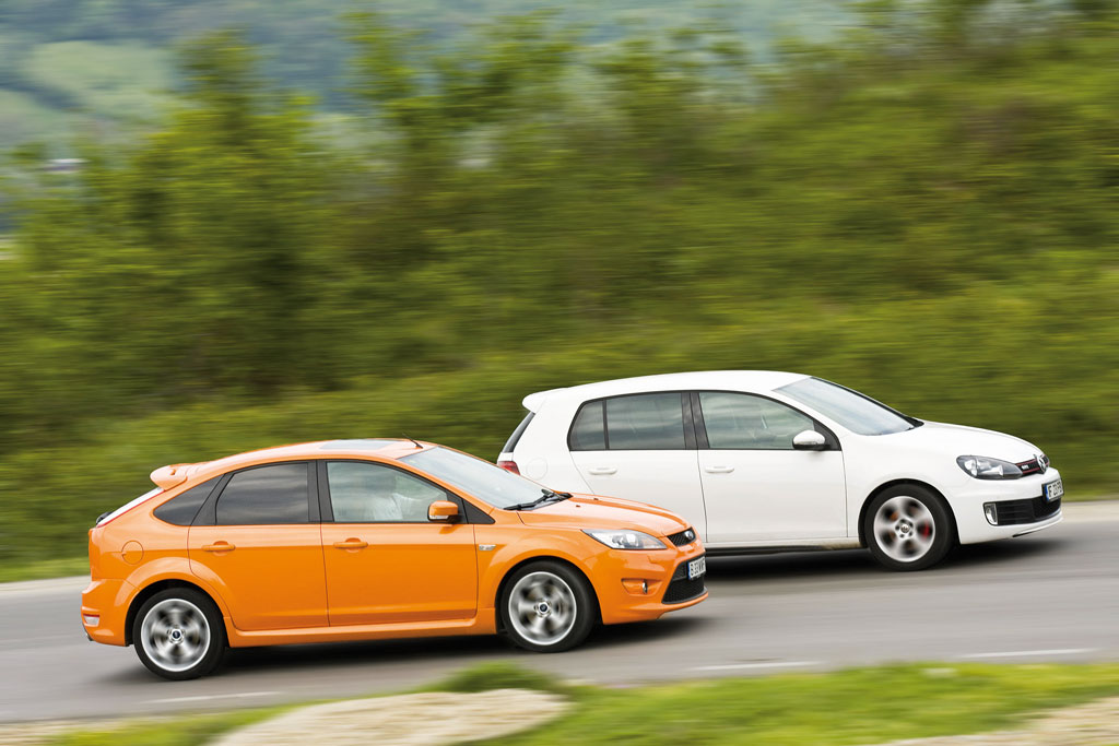 vw golf gti vs ford focus st atletii clasei test comparativ auto bild. Black Bedroom Furniture Sets. Home Design Ideas