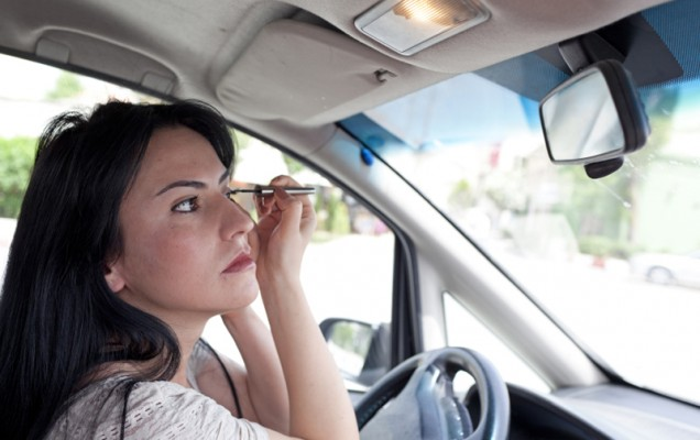 Applying_Makeup_in_Car_800px