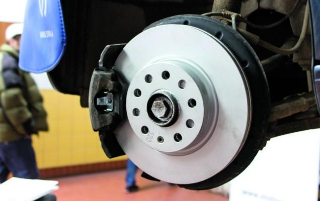 Pentru protecția împotriva ruginii se folosește un spray cu aluminiu lichid. Mai apoi se montează noul disc.