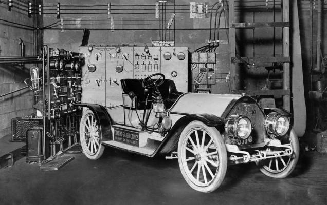 Mașină electrică cupaltă la stația de încărcare
