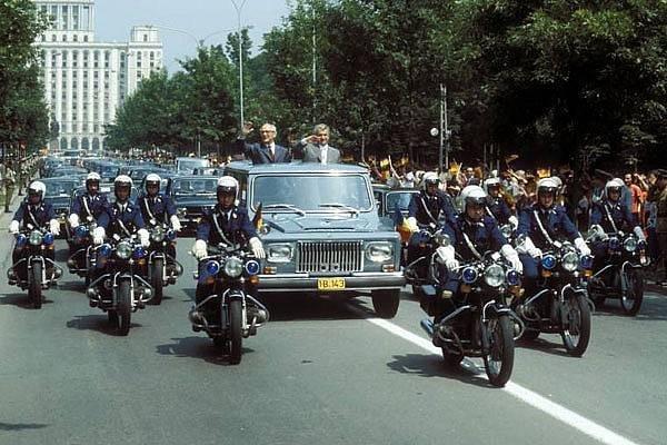 Mihail Gorbaciov, în vizită a București în 1986, alături de Nicolae Ceașescu în limuzina Aro.