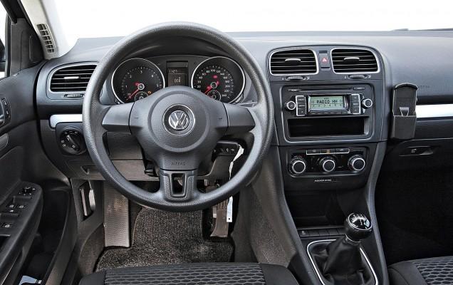 AUBI - Cockpit im Gebrauchtwagen VW Golf VI Variant 1.6 TDI Trendline, Baujahr Mai 2010, Typ 1K, 1598 ccm, 77 kW, 105 PS, Diesel, Euro 4, schwarz, gebaut von 2008 bis August 2012 , Foto erstellt im August 2013 ABCS012013 044