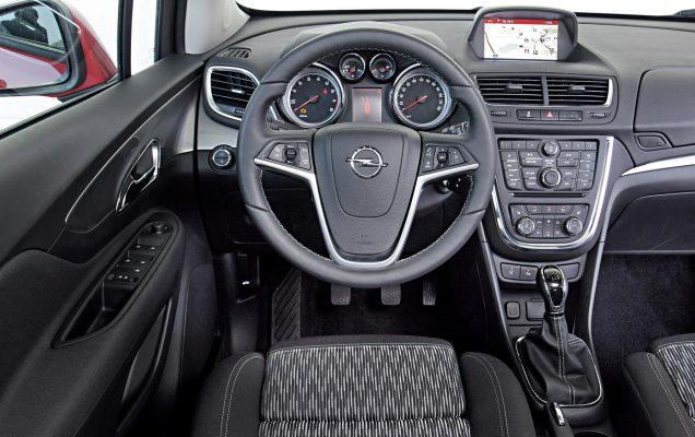 Opel Mokka 1.4 turbo Edition ,Euro 6 ,rot ,Bj 03.08.2015 ,1364 ccm ,103 Kw | Honda HR-V, Opel Mokka, Suzuki Vitara Bitte Optik Fahraufnahme in der Stadt, neuestes Auto ist der Honda