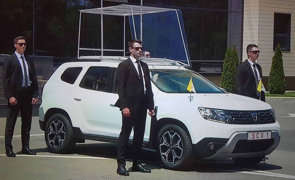 Iată cum arată Dacia Duster Papamobil