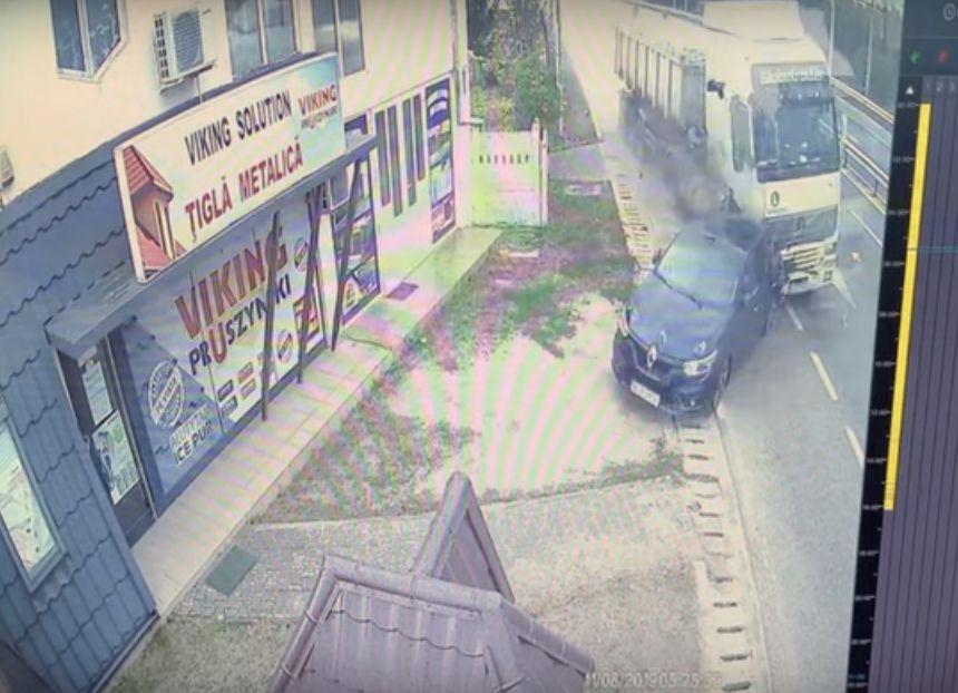 Acest accident ne pune pe gânduri: șoferul a avut noroc sau ghinion?
