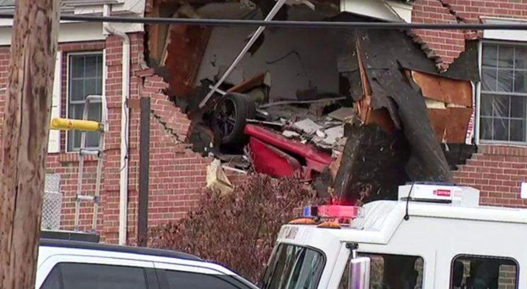 Direct în topul celor mai ciudate accidente: un Porsche a zburat de pe stradă direct la etajul unei vile