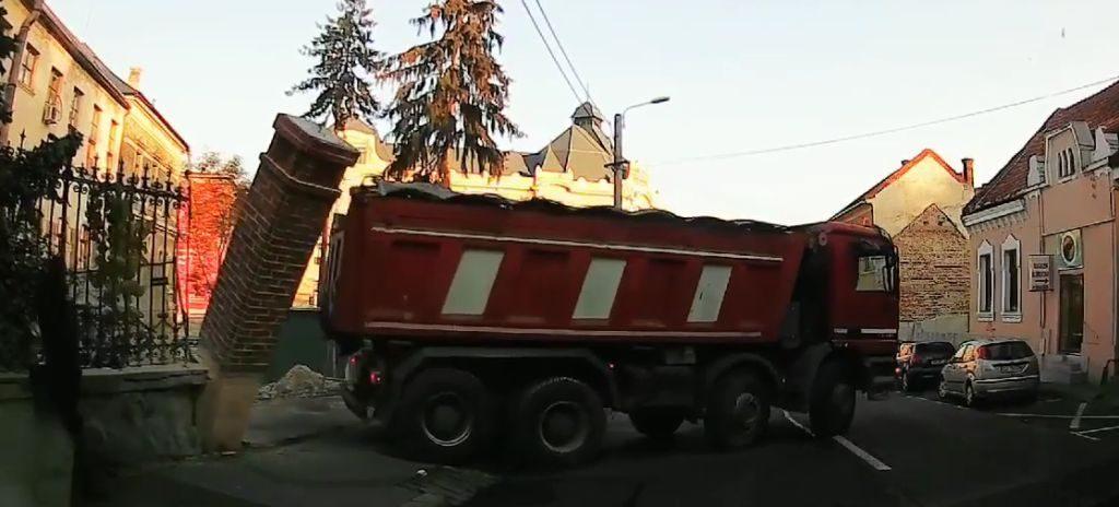 La un pas de moarte pe o stradă din Cluj. Ce riscă şoferul camionului