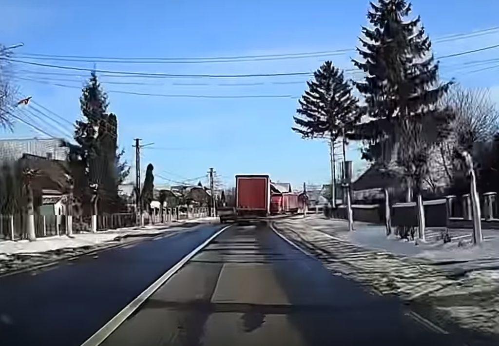 """Şofer de 79 de ani, linie continuă şi două camioane. Ce a urmat pe drumul naţional intră la categoria """"Miracole"""""""