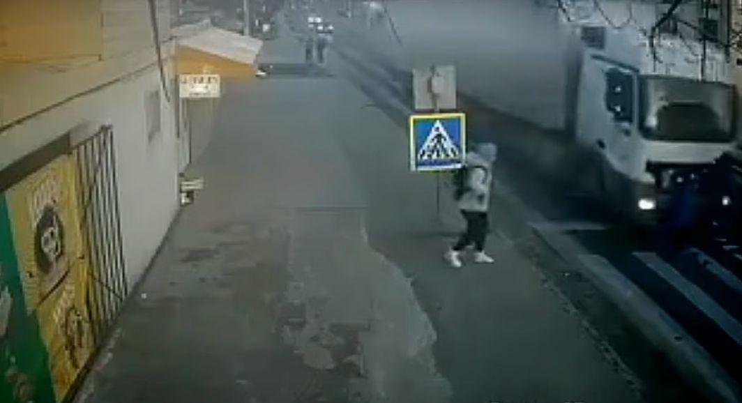 Iată la ce duce neatenția: o mamă și copilul ei au fost spulberați de un TIR în Ilfov (Video)