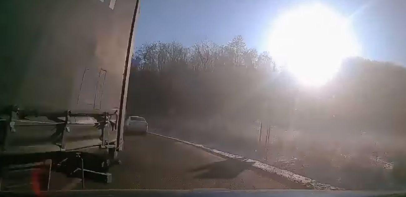 La un pas de moarte pe un drum din zona Sibiului! A avut noroc acest şofer? (Video)