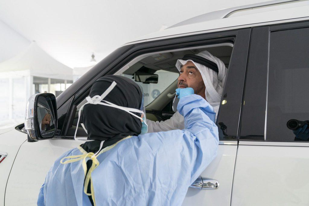 Șoferii din Emiratele Arabe Unite sunt testați pentru coronavirus din mașini