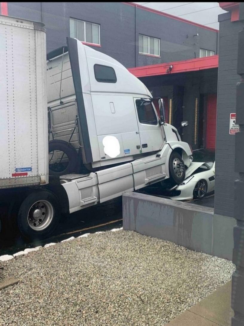 Un șofer răzbunător a urcat TIR-ul pe Ferrari-ul șefului său