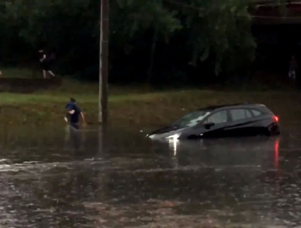 Şoferi din Arad nevoiți să-şi abandoneze maşinile după o ploaie torențială