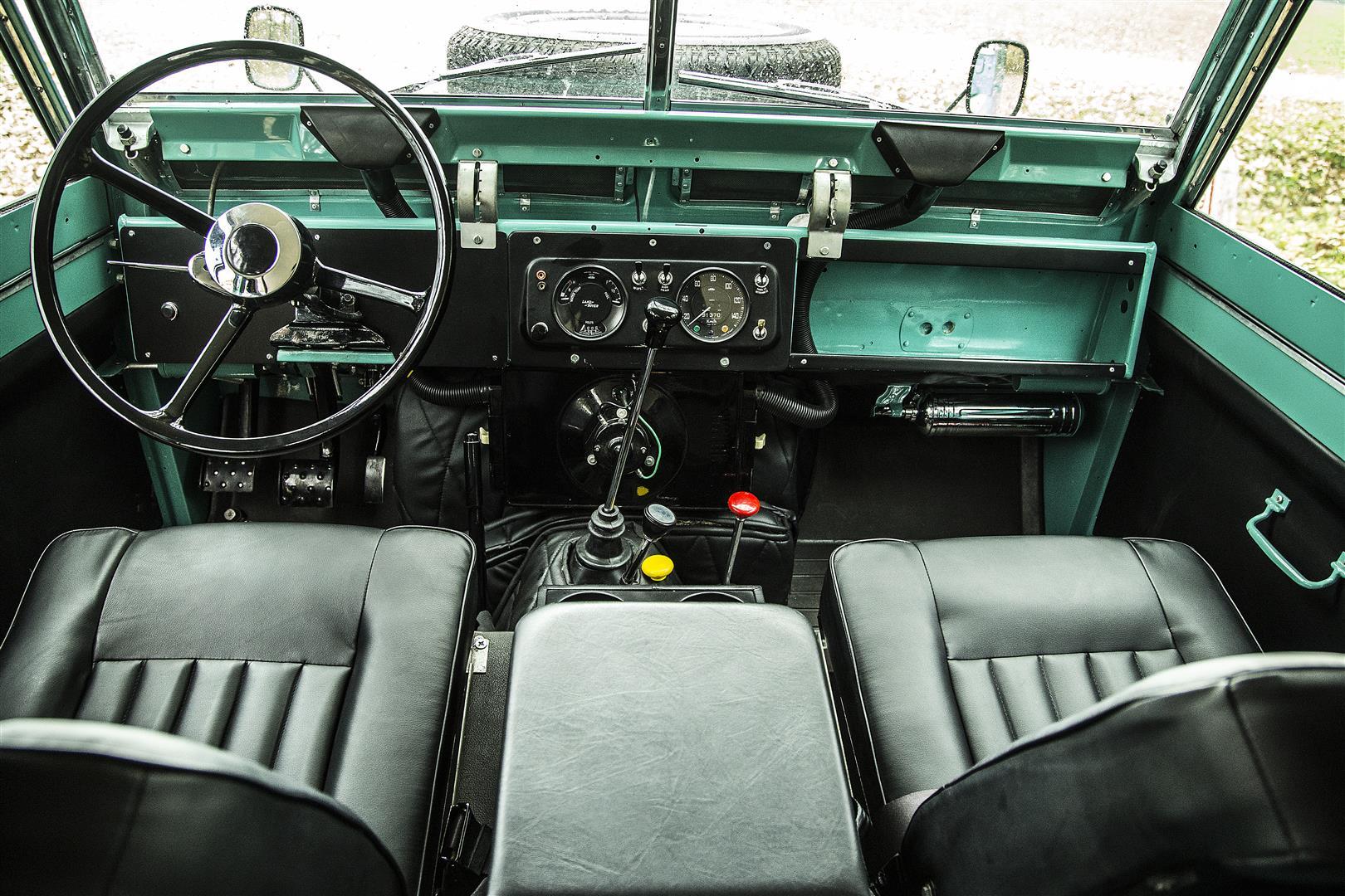 Povestea auto a unui cadou primit de Nicolae Ceauşescu din partea Reginei Marii Britanii