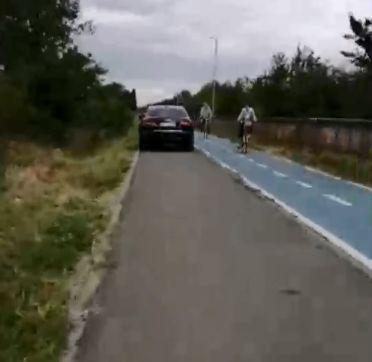 Un șofer din Arad a gonit cu mașina pe o pistă de bicicliști din localitate