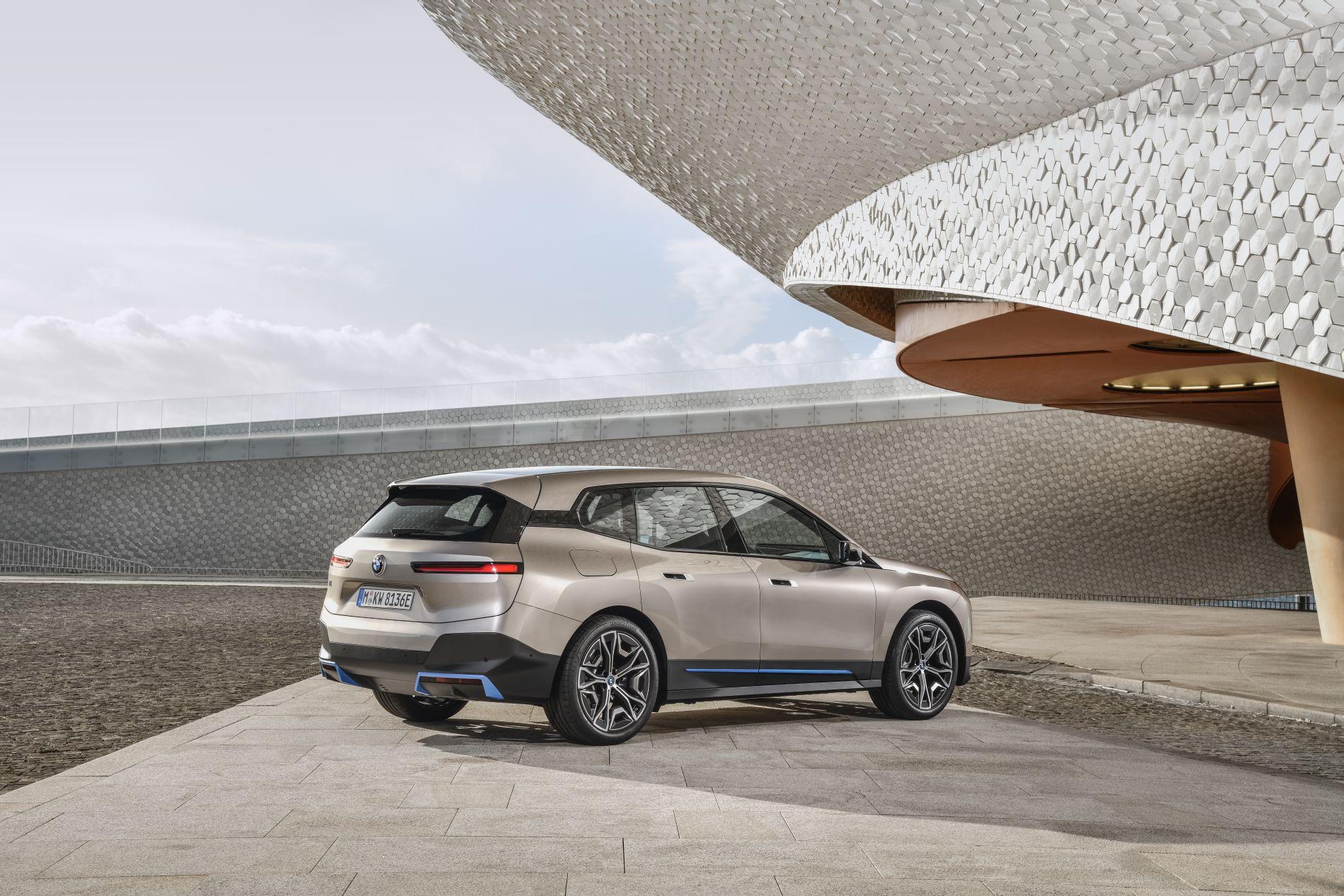 BMW a publicat primele imagini cu viitorul SUV electric iX