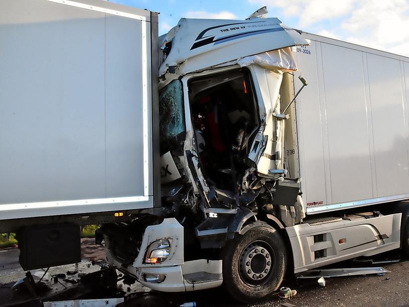 Accident teribil în Germania: un șofer de camion a intrat cu viteză într-un blocaj în trafic