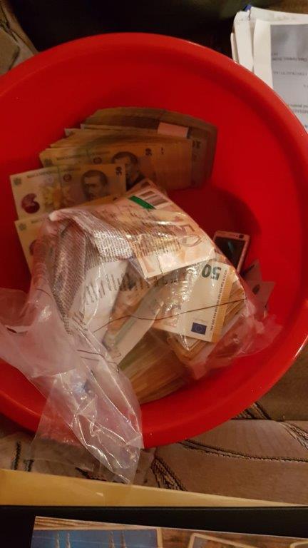 Precizările DNA s-au făcut în cazul dosarului privind mita de la Serviciul de Eliberări Permise din Suceava, în care anchetatorii au găsit aproximativ un milion de euro ascuns prin găleți sau pereți.