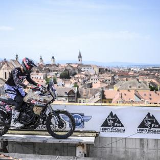 Pol Tarres deasupra Sibiului in saua unei motociclete de adventure